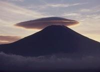 山中湖村 笠雲と富士山