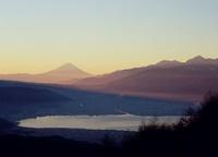 朝焼けの諏訪湖と富士山
