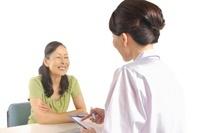 シニア女性の問診をする白衣の女性 11002059839  写真素材・ストックフォト・画像・イラスト素材 アマナイメージズ