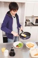 朝食を作る男性