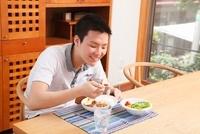 カレーライスを食べる男性