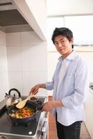 フライパンで野菜を炒める男性 11002059991| 写真素材・ストックフォト・画像・イラスト素材|アマナイメージズ