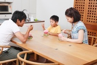 食卓でかき氷を食べる家族