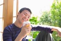 ビールの入ったグラスを持つ笑顔の男性