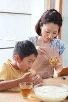 そうめんを食べる母親と男の子