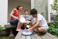 洗濯板で洗う父親と家族