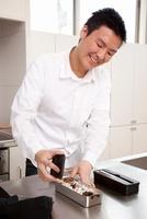 弁当箱にフタをしようとする男性 11002060255| 写真素材・ストックフォト・画像・イラスト素材|アマナイメージズ
