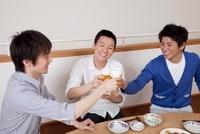 ビールで乾杯をする男性3人