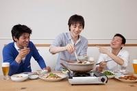 鍋料理を楽しむ男性3人
