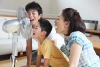 扇風機に向かって声を出す家族 11002060264| 写真素材・ストックフォト・画像・イラスト素材|アマナイメージズ