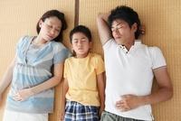 畳の上で並んで眠る家族