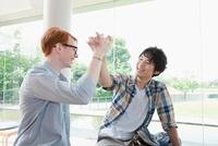 ハイタッチする留学生と大学生