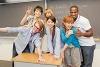 教壇に笑顔で集まる留学生と大学生