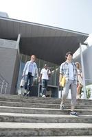 階段を降りる大学生と留学生
