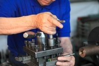 機械で作業する手 機械製作所
