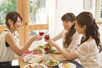 女子会でワインで乾杯する女性三人 11002063171| 写真素材・ストックフォト・画像・イラスト素材|アマナイメージズ