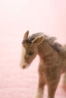 フェルトの馬とピンクの背景 11002064912| 写真素材・ストックフォト・画像・イラスト素材|アマナイメージズ