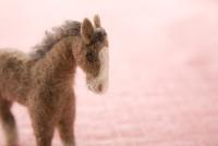 フェルトの馬とピンクの背景 11002064920| 写真素材・ストックフォト・画像・イラスト素材|アマナイメージズ