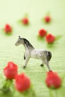 馬の置物とバラの花