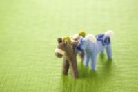 フェルトの二頭の馬と緑の背景 11002064964| 写真素材・ストックフォト・画像・イラスト素材|アマナイメージズ