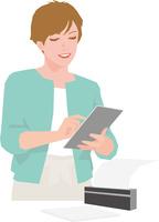 タブレットからのデータを印字する若い女性 11002068465| 写真素材・ストックフォト・画像・イラスト素材|アマナイメージズ