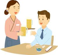 居酒屋で働く中国系女性と日本人男性客