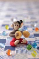 フェルトの猿とチェック柄の背景