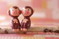 猿の人形とチェック柄の背景