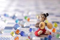 フェルトの猿とチェック柄の背景 11002069624| 写真素材・ストックフォト・画像・イラスト素材|アマナイメージズ