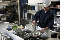 メバルの下ごしらえをする調理師