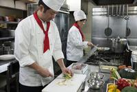 厨房で働く二人の調理師