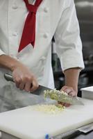 エシャロットを切る調理師