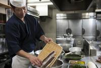 鯛の松皮造りを作る調理師