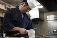 大根の桂剥きを剥く調理師