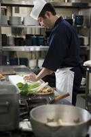 野菜をを切る調理師