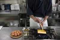 だし巻き玉子を作る調理師