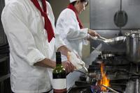 赤ワインソースを作る調理師