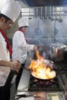 ステーキをフライパンでフランベする調理師