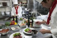 ステーキを皿に盛り付ける調理師 11002071438| 写真素材・ストックフォト・画像・イラスト素材|アマナイメージズ