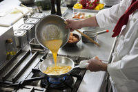 オムレツを作る調理師