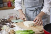 豆腐を切る女性