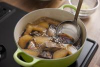 大根とブリを煮て醤油を加える