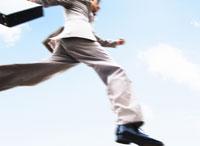 ジャンプをするビジネスマン 11004000033| 写真素材・ストックフォト・画像・イラスト素材|アマナイメージズ