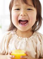 ジュースを持つ女の子 11004003107  写真素材・ストックフォト・画像・イラスト素材 アマナイメージズ