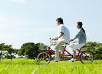 サイクリングをする男性