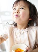 オレンジを食べる女の子
