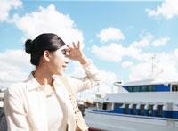 船と女性 11004005361  写真素材・ストックフォト・画像・イラスト素材 アマナイメージズ