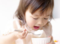 ヨーグルトを食べる女の子