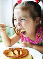 プリンを食べる女の子