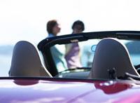 カップルとオープンカー